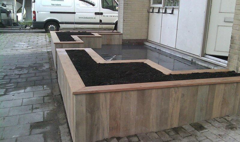 Keramische Tegels Tuin : Tuin met plantenbakken van keramische tegels met hout imitatie.